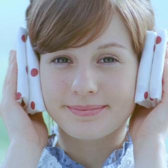 R1ヨーグルトのテレビCMでスイス人役の可愛い美少女はブラダ(BURADA)